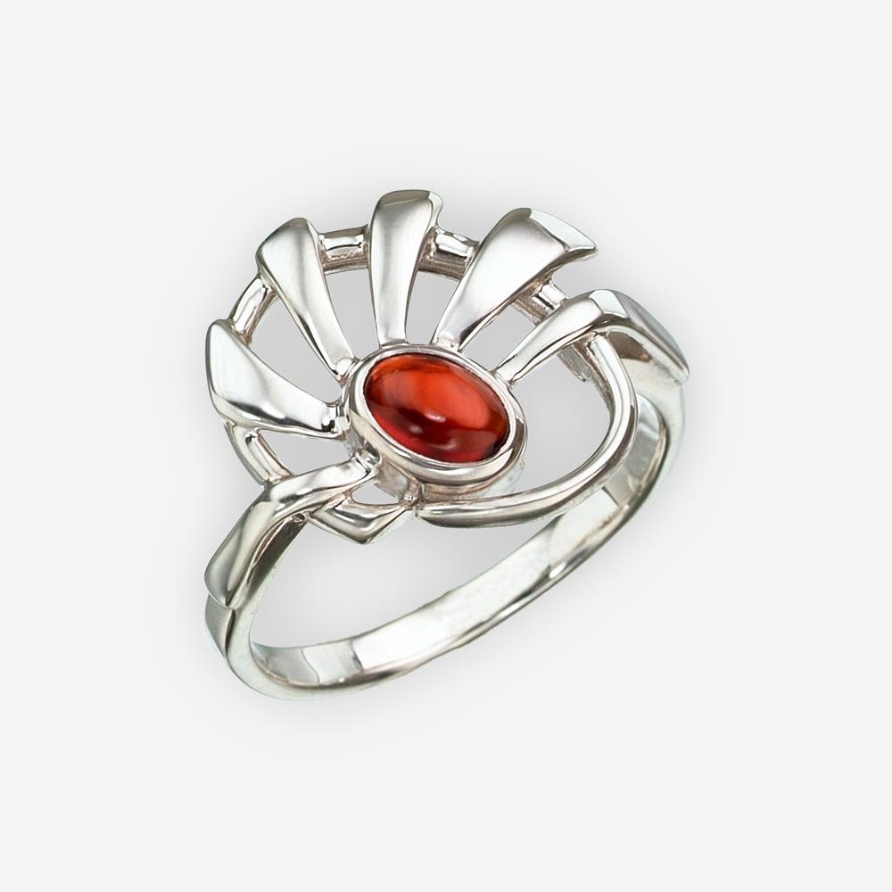 El anillo abstracto de plata fina del sol fijó con una piedra preciosa del granate.