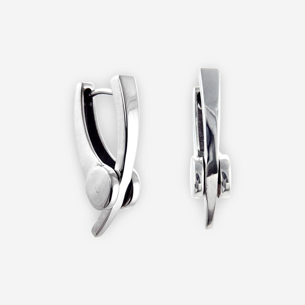 Aretes angulares de huggie de plata con bisagras hechas a mano de plata .925 pulida.