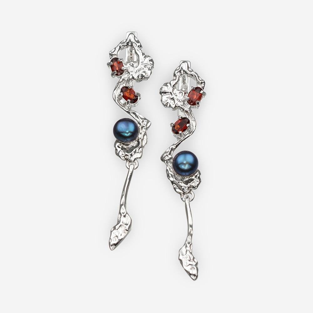 Aretes de plata con granate, perlas negras y un cierre trasero.