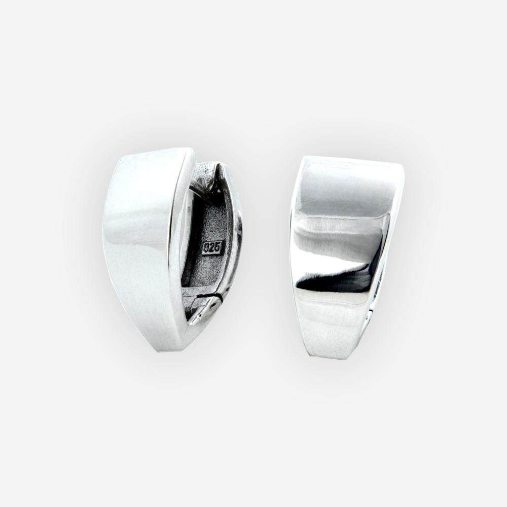 Brillantes aretes de plata cuentan con un acabado pulido y cierres huggie.