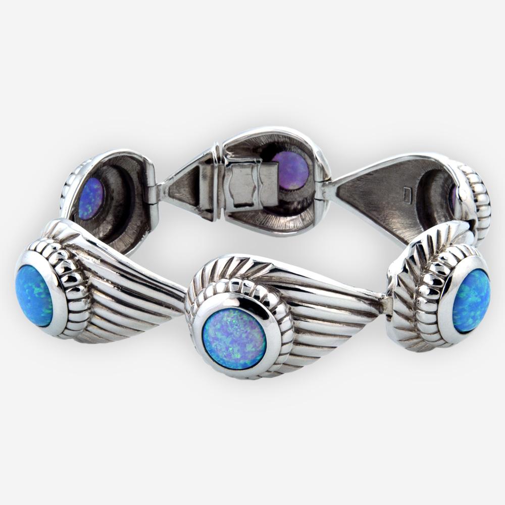 El brazalete hermoso se hace a mano de la plata fina oxidada 925 y de los cabujones del ópalo.