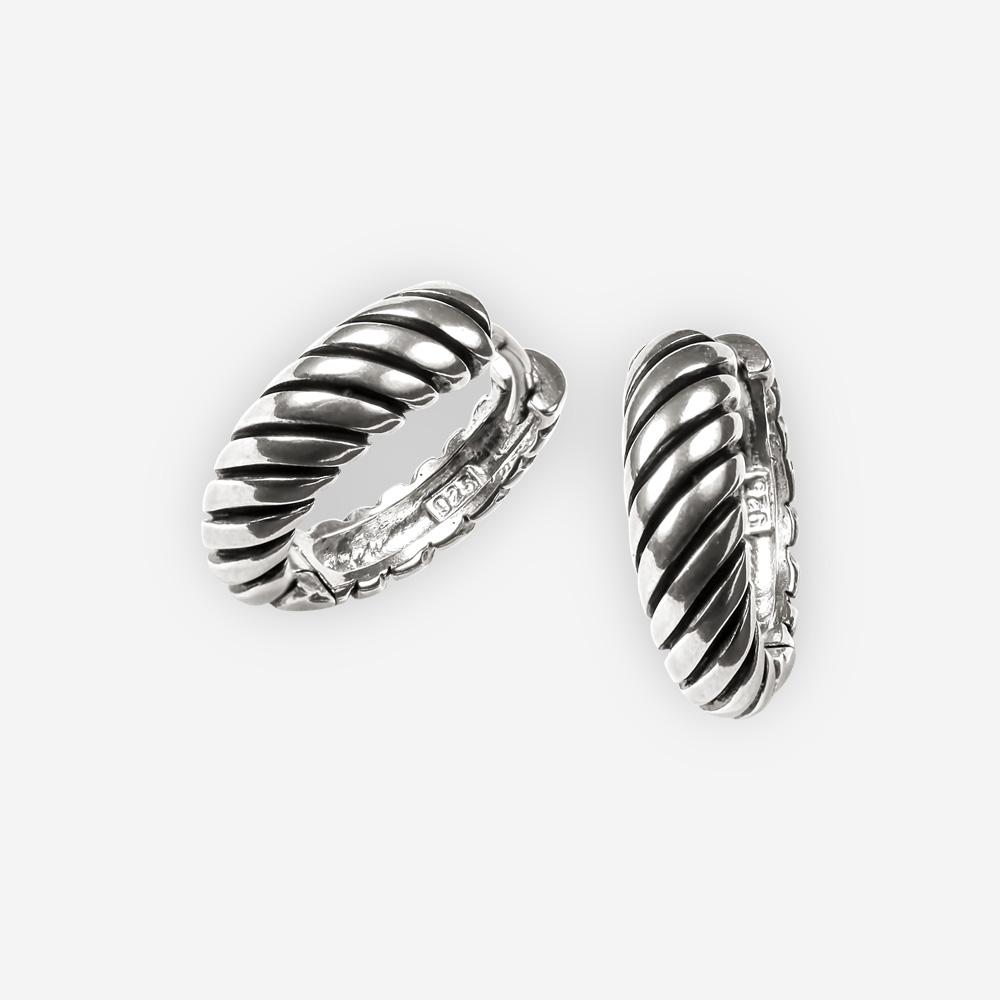 Los Aretes clásicos de aro de plata están diseñados con un diseño de cable retorcido y tienen un cierre huggie.