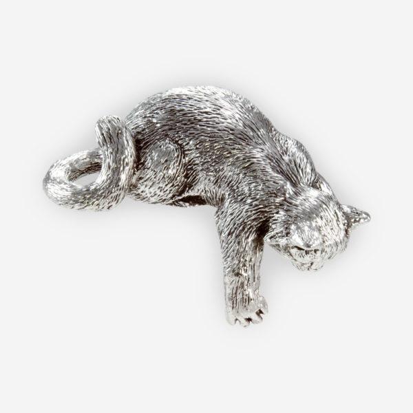 Escultura de gatito curioso hecha en técnica de electroformado, con un baño de plata fina