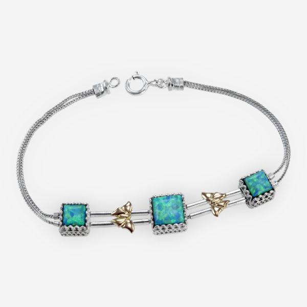 La delicada pulsera con ópalos azules y mariposas en oro de 14k está confeccionada con cadenas de plata fina .925, mariposas en relieve de oro de 14k y tres ópalos en forma de cabujón.