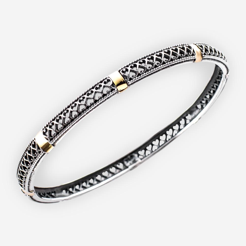 Fina pulsera de dos tonos de plata con diseño de filigrana y detalles de acento dorado.
