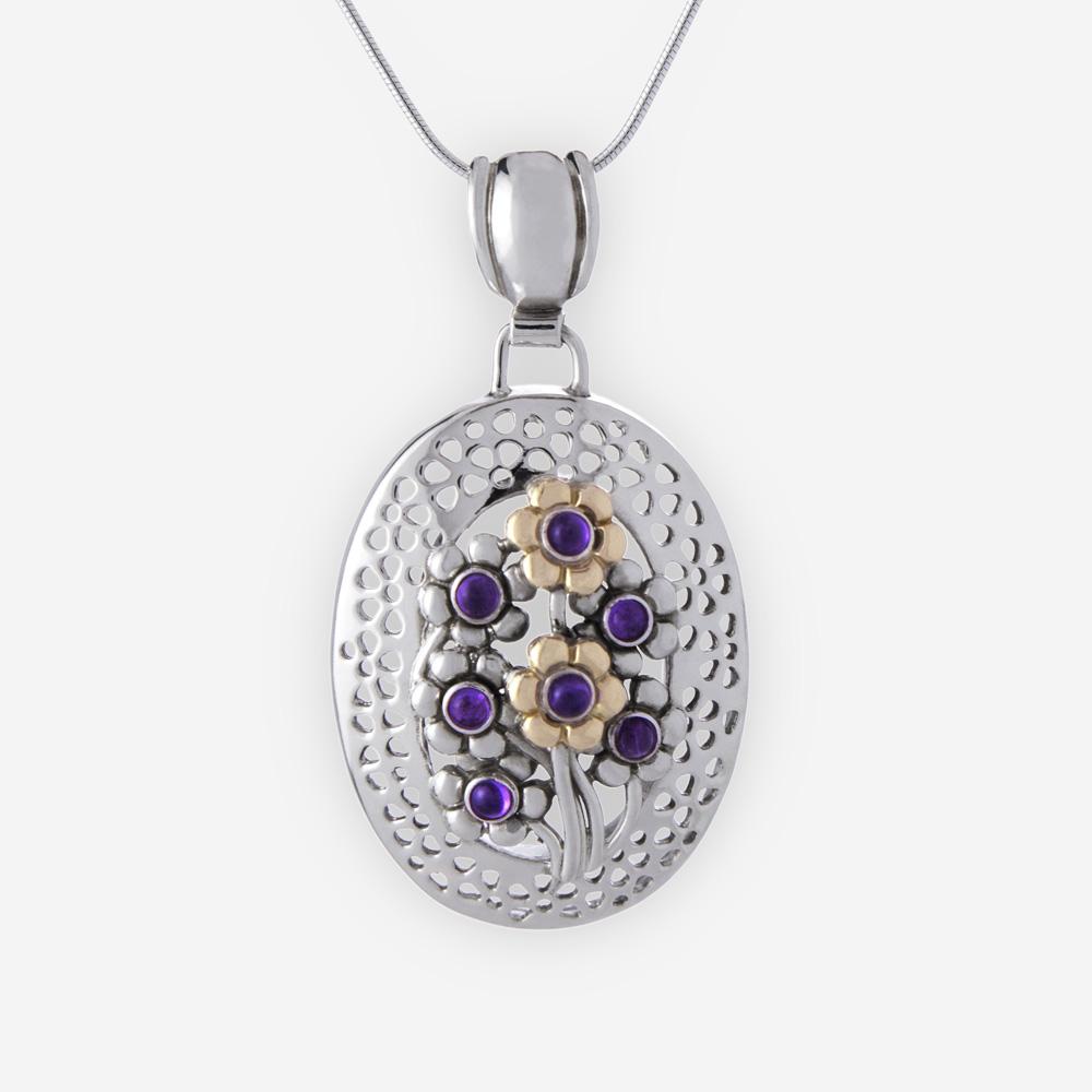 Pendiente floral oval es creado de plata .925 y oro 14k con detalles de flores y cabujones amatista.