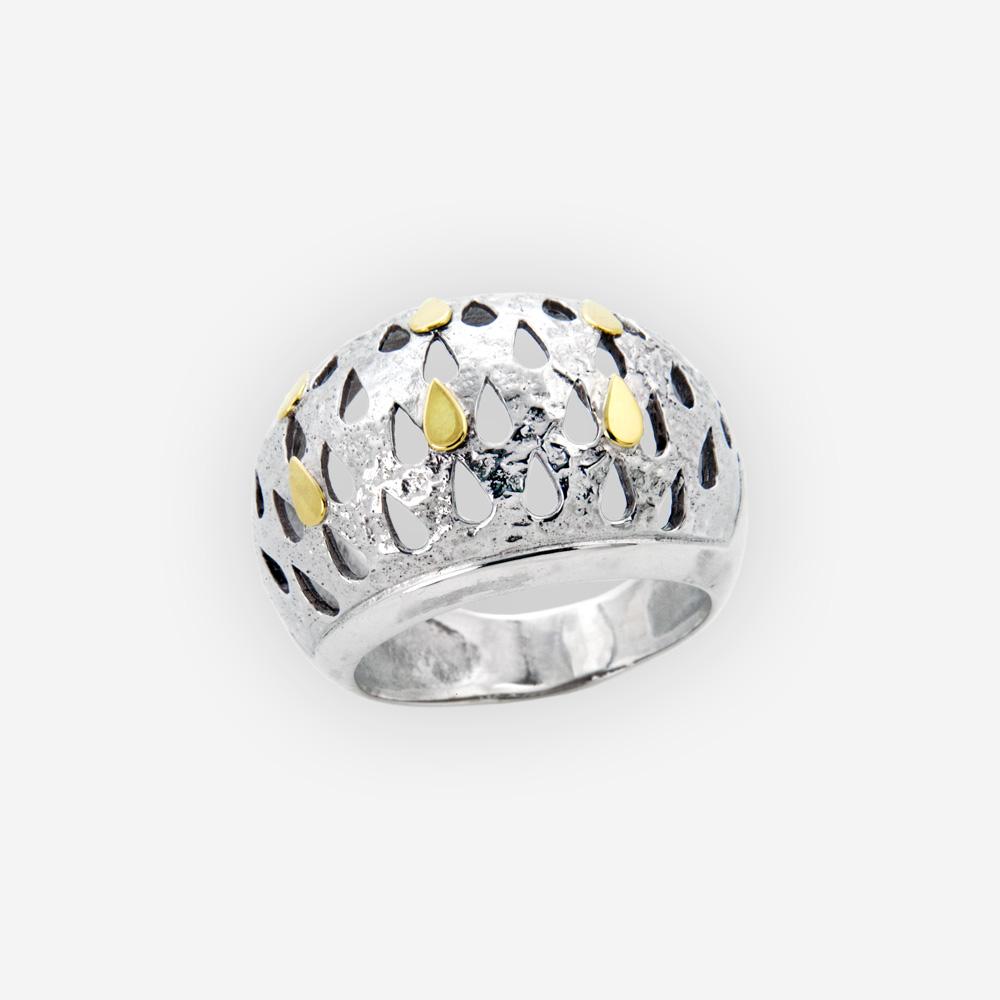 El anillo con una figuras de una lágrima se hace a mano en la plata fina 925 con acentos de oro de 14k.
