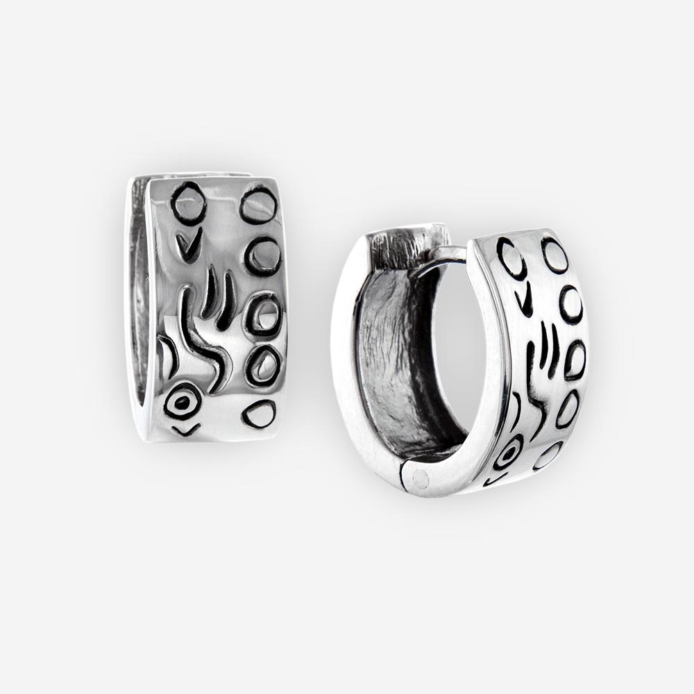 Los aretes eccentric se hacen a mano de plata fina .925 con un diseño abstracto oxidado.