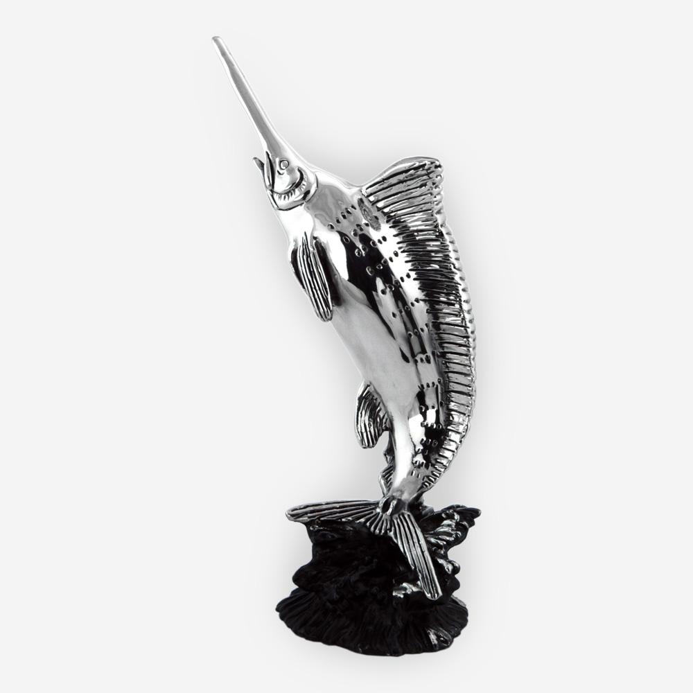 Escultura de pez espada de plata con acabado oxidado.