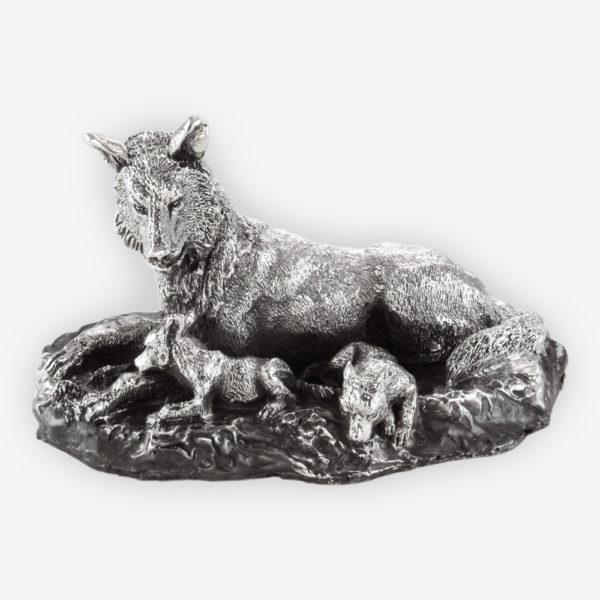 Escultura en Plata de una Loba cuidando a sus cachorros, hecha mediante proceso de electroformado.