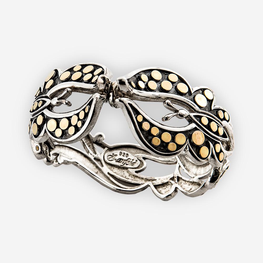 La pulsera con bisagra de mariposa con puntos en oro está confeccionada con plata oxidado .925 y oro 14k con puntos en relieve.