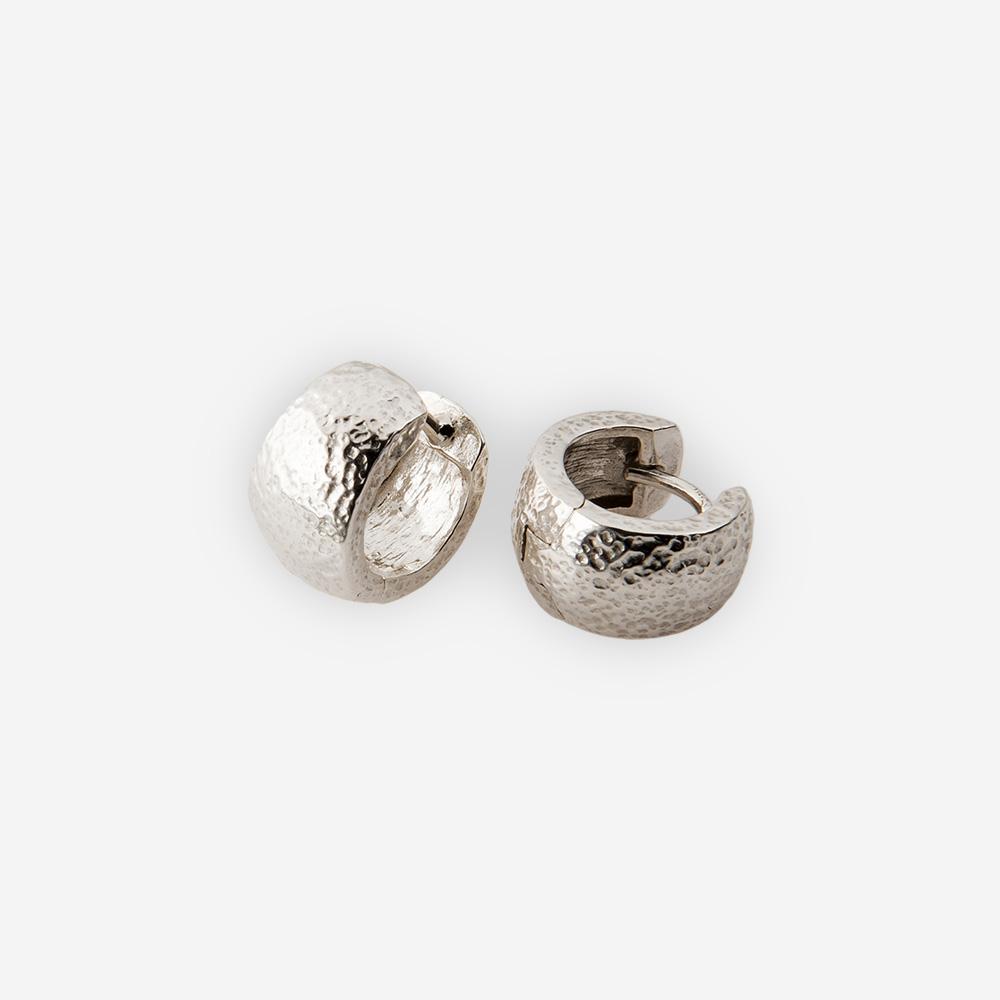 Aros de plata martillados con cierre huggie.
