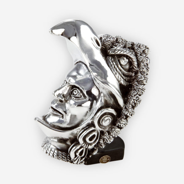 Escultura de cabeza del caballero águila, elaborada con técnicas de electroformado y se sumerge en plata fina.