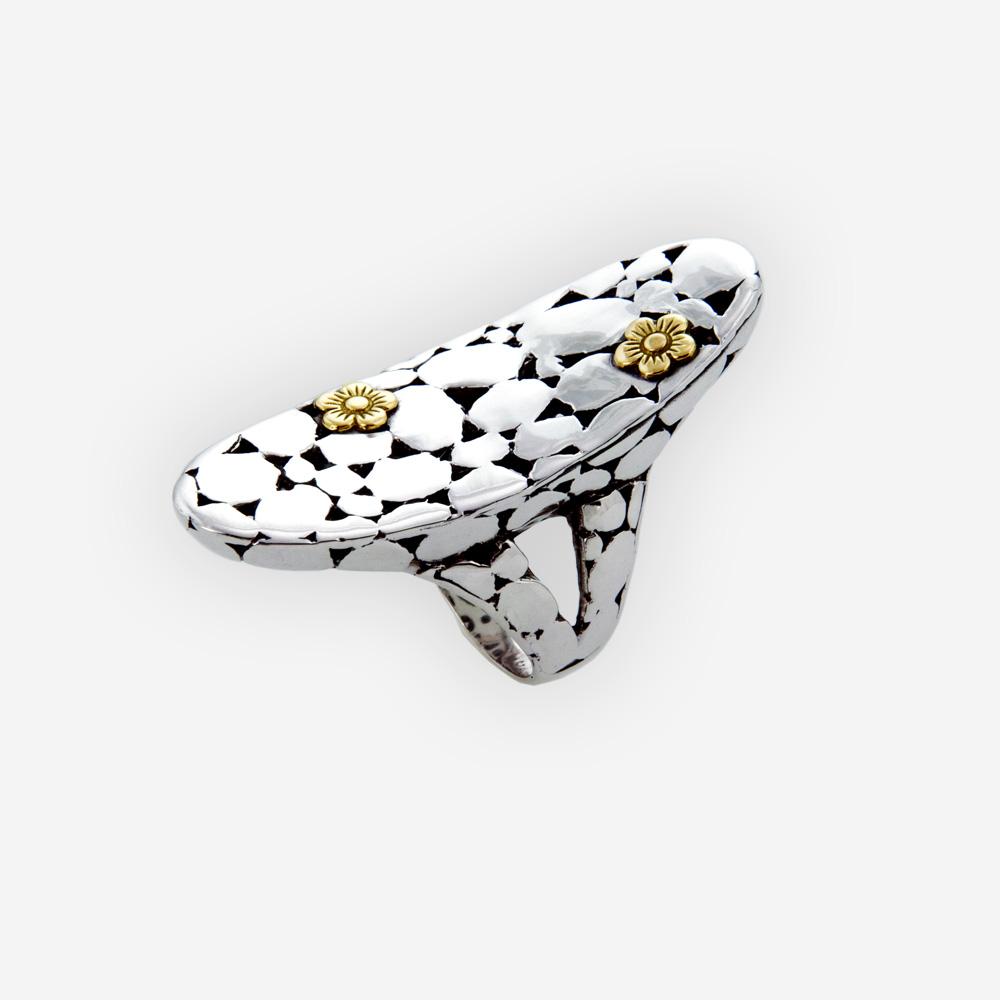 Gran anillo de plata con piedras preciosas, con detalles en piedras de plata fina oxidado con flores de oro de 14k.