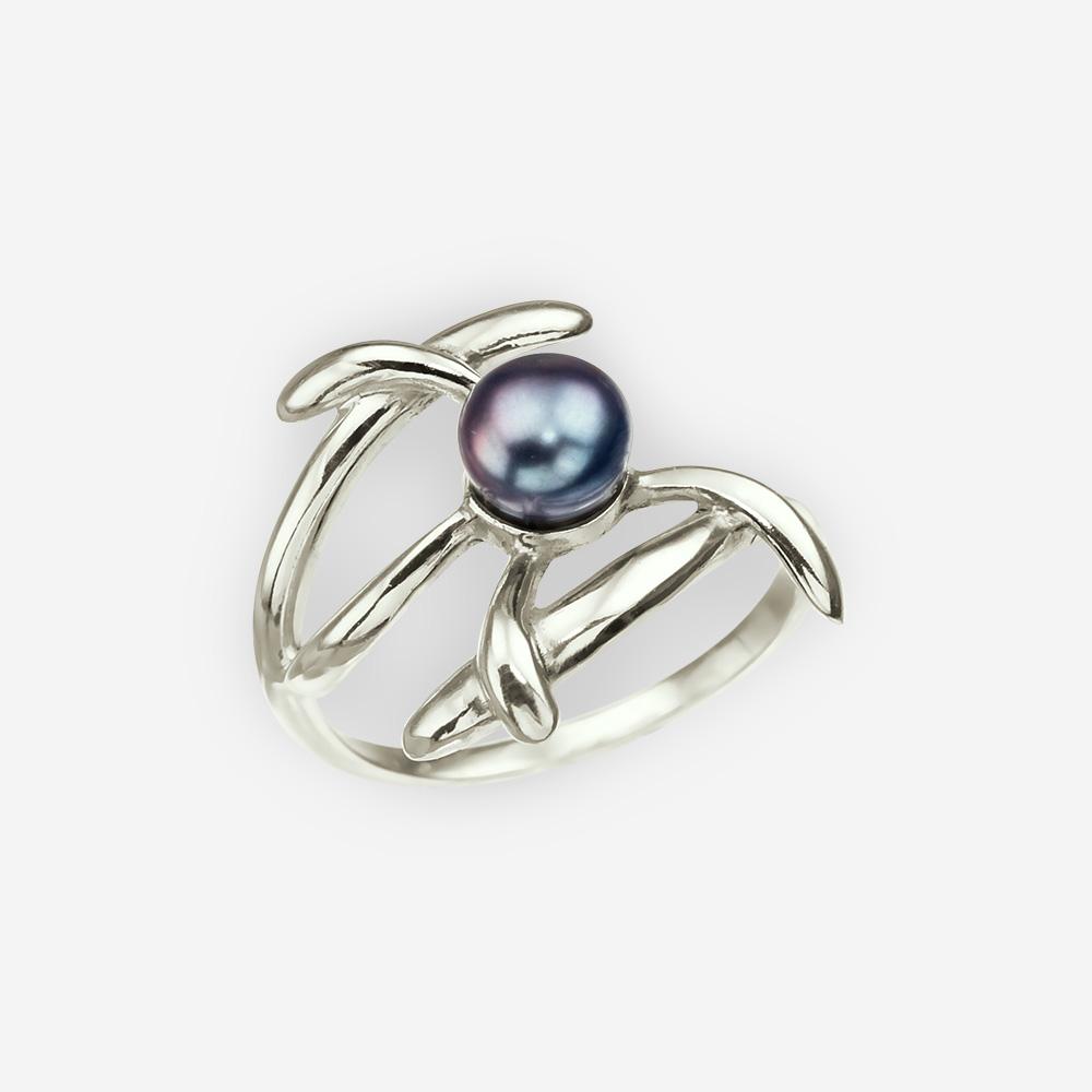 Anillo de plata con una perla negra y la estética moderna.