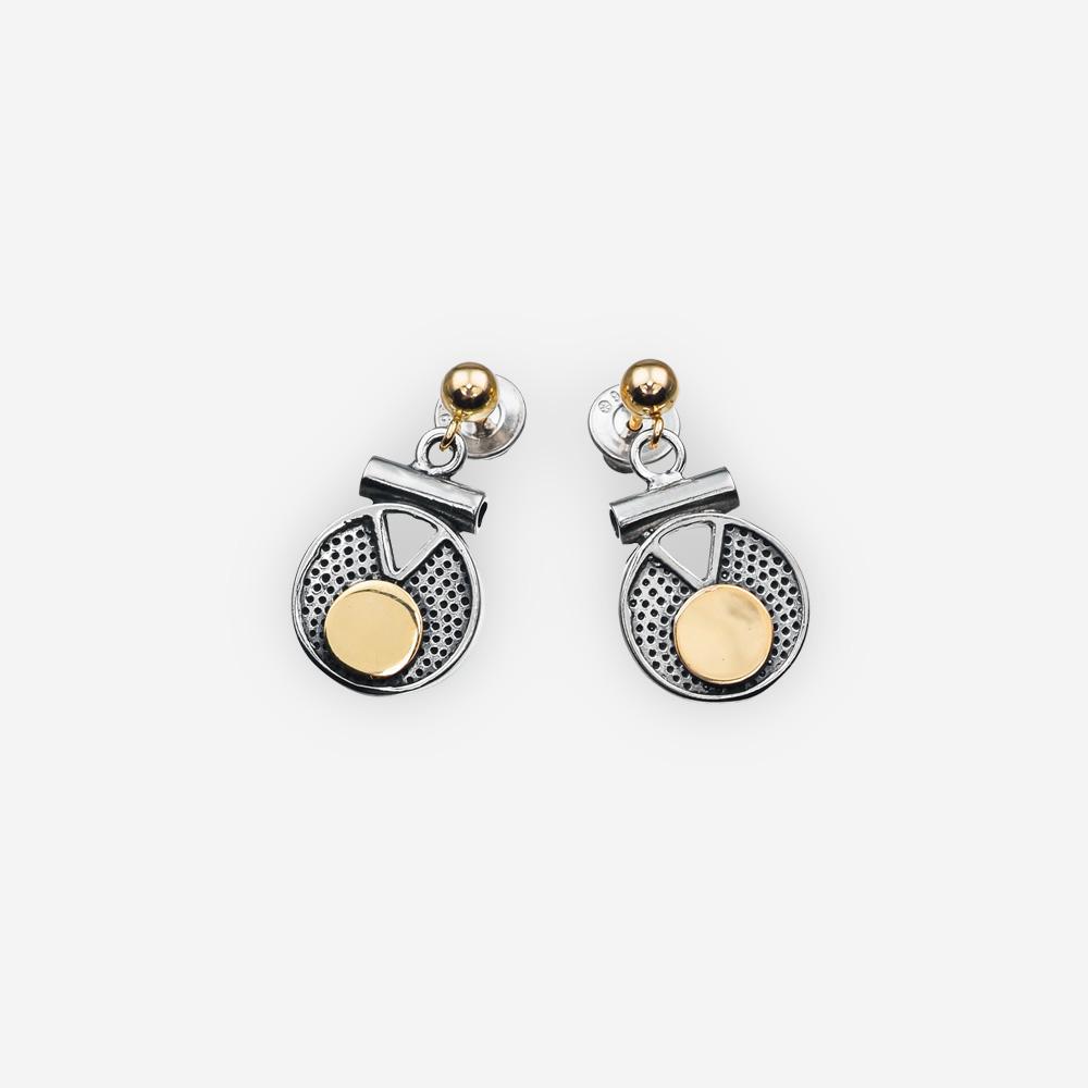 Aretes colgantes de dos tonos de plata con medallones texturizados, un diseño geométrico recortado, detalles en contraste de 14k círculo de oro.