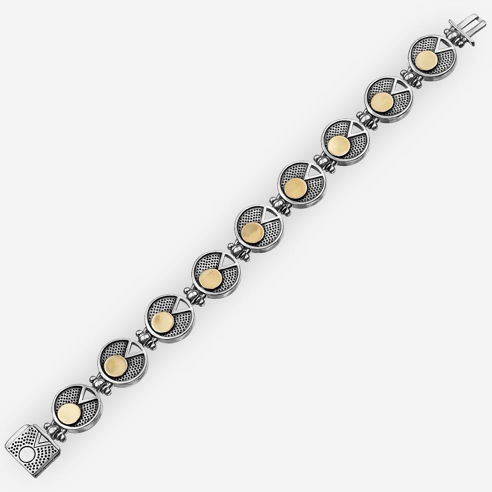 Moderna pulsera de plata de dos tonos con modernos enlaces texturizados de medallon, un diseño geométrico recortado y detalles de círculos de oro de 14k.