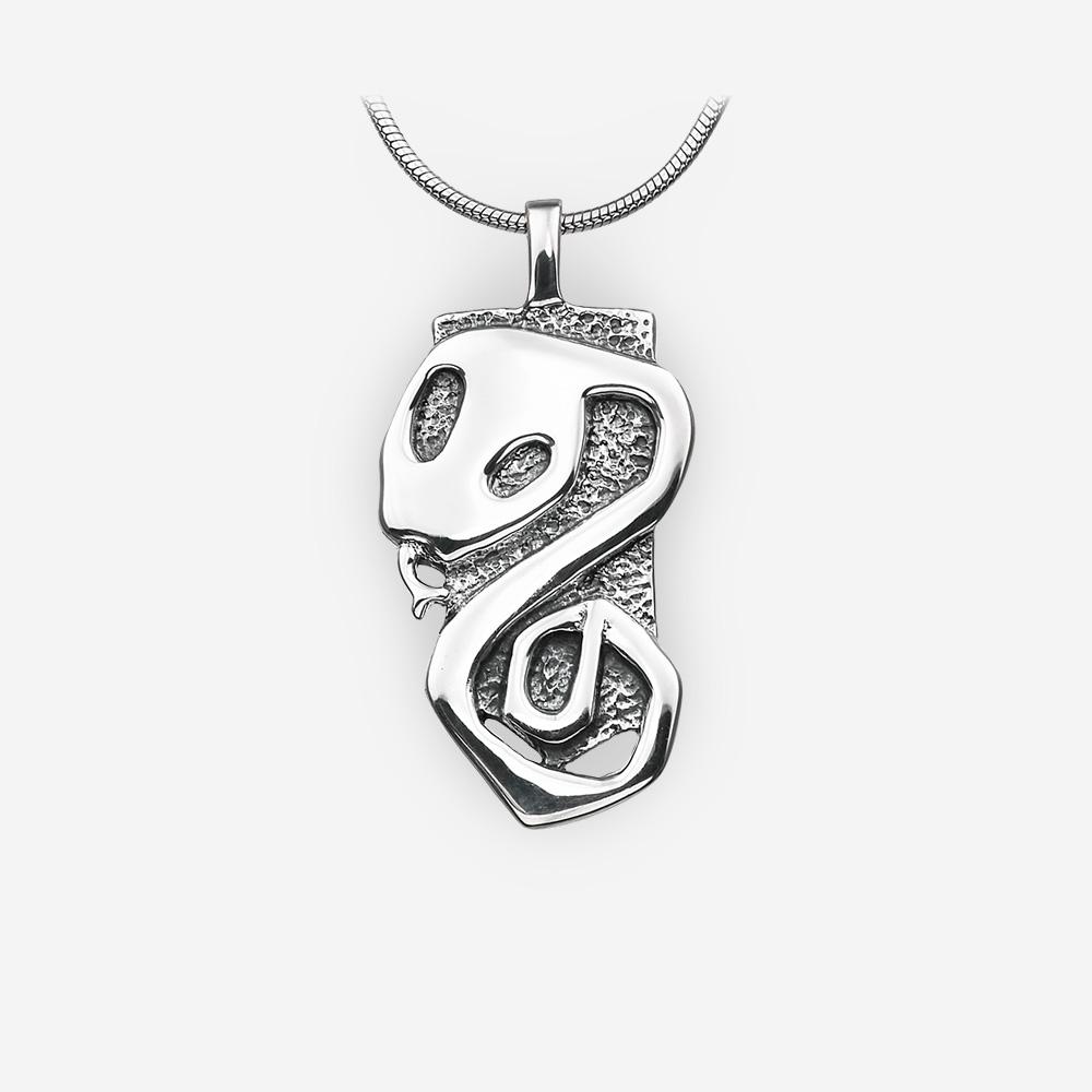 Pendiente de plata de la serpiente del horóscopo oriental está hecho a mano de la plata fina .925