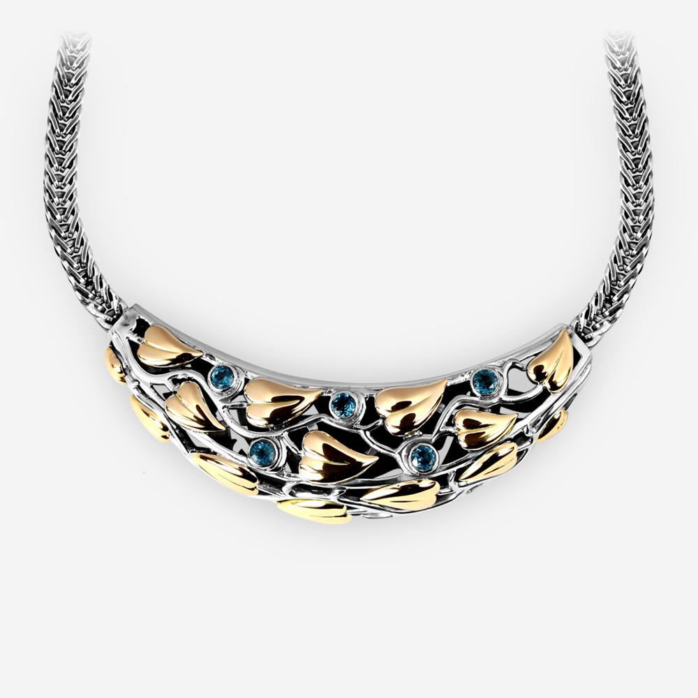 Collar hecho de plata fina adornado con oro de 14k, y gemas azules del topacio.