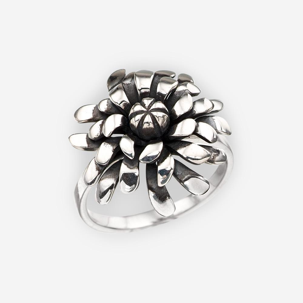 Anillo de plata oxidada con un diseño de flor Aster.