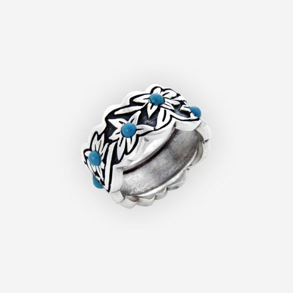 Este bonito anillo es elaborado de plata, cuenta con detalles de flores pulidas con un fondo ennegrecido y con turquesa.