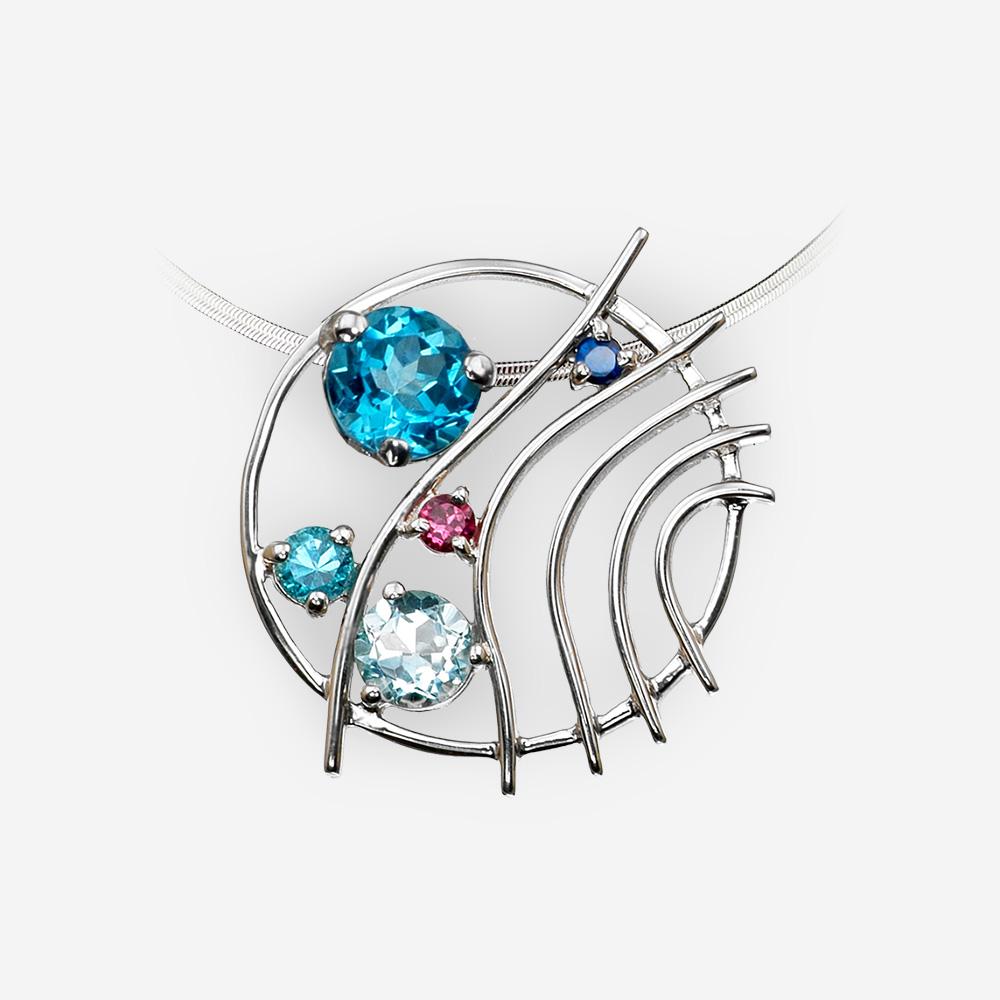 Pendiente redondo de plata con multi-piedras preciosas hecho de plata fina .925 y se establece con topacio azul, rubíes espinela y granate.