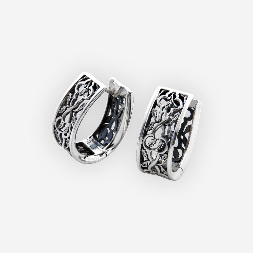 Aretes elegantes con característica de hojas de desplazamiento , cierre huggie, y elaborado en plata .925.