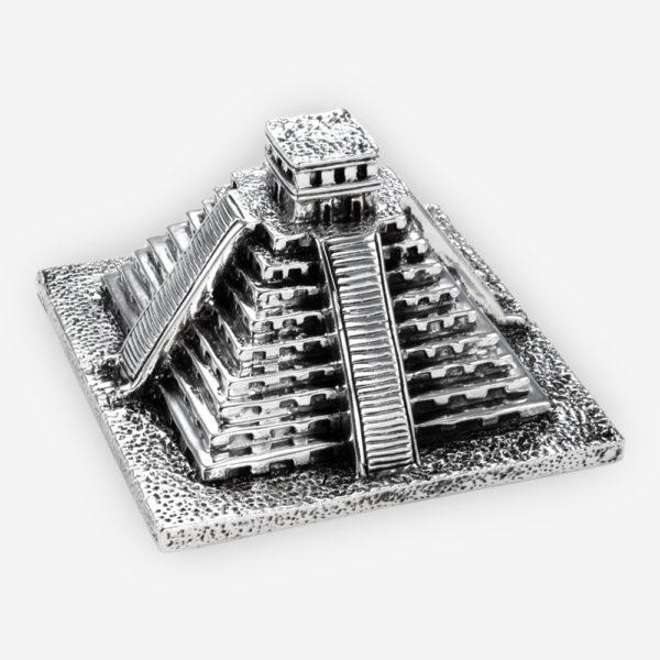 Escultura de plata de la piramide del sol confeccionada con técnicas de electroformado, sumergida en plata fina y con un acabado oxidado.