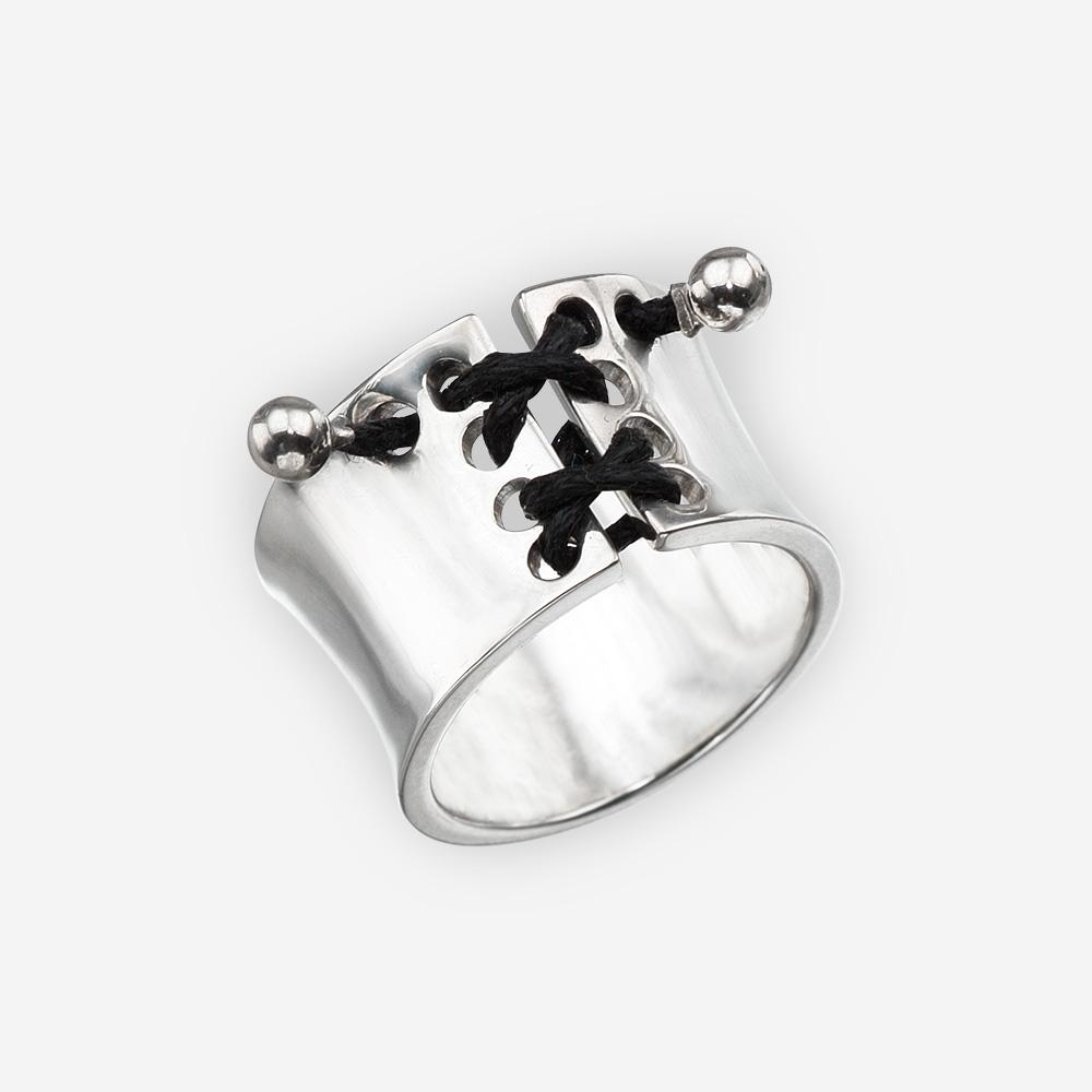 Anillo de plata con lazo de corsé negro y un alto acabado pulido.