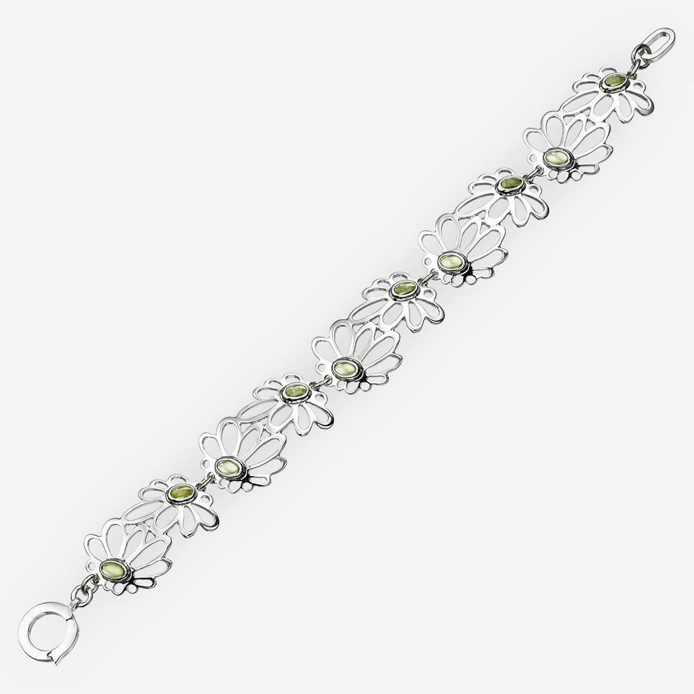 Pulsera de plata en forma de margaritas en cada enlace y joyas de peridoto.