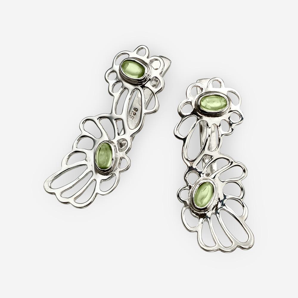 Aretes de Plata con forma de margaritas con dos cortes de flores entrelazándose en plata fina y peridoto.