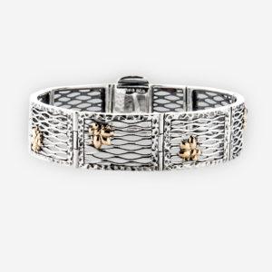 El brazalete confeccionado en malla de plata ley .925 con detalles de lindas moscas en oro de 14k