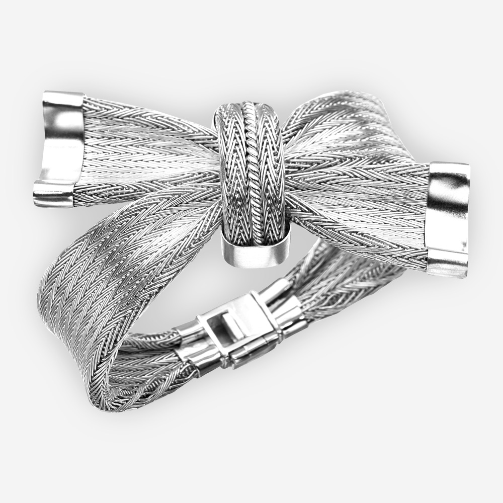 Pulsera de plata con un nudo en el centro y con detalles de plata.