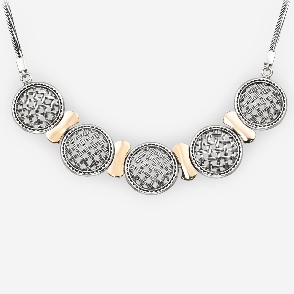 El collar estilo enrejado se hace a mano de plata fina 925 y de oro de 14k en una cadena de plata.