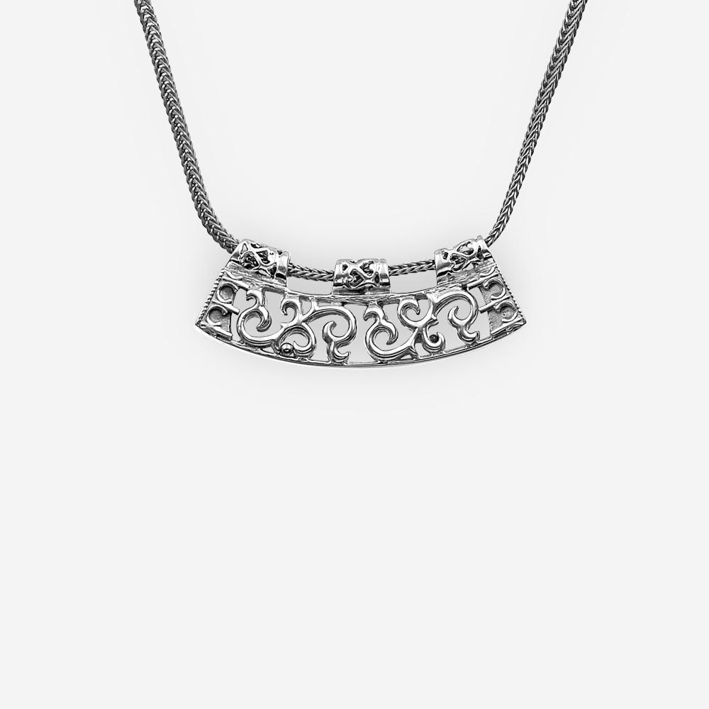 Collar de plata con filigrana pieza focal en una cadena de plata fina.
