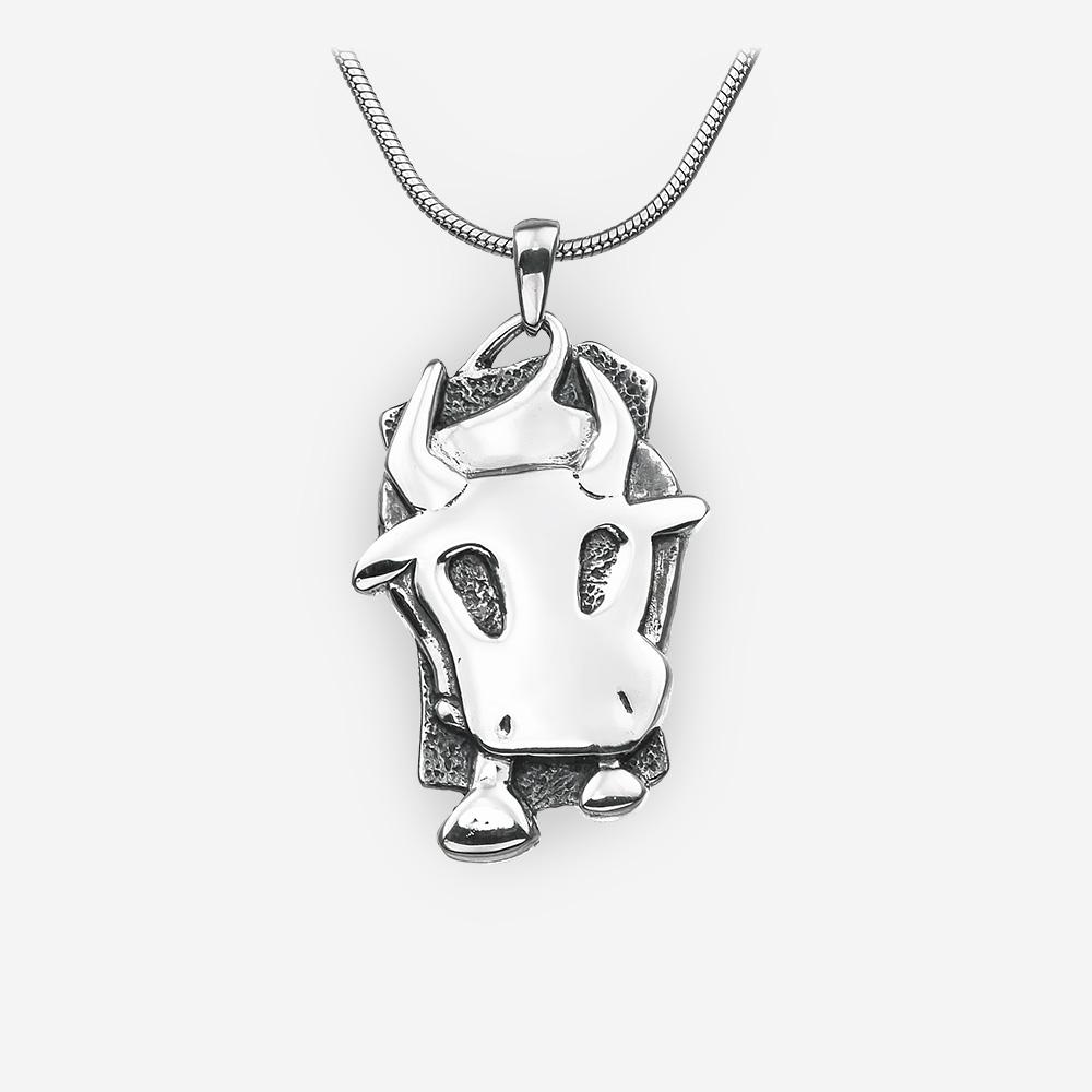 Pendiente del buey del horóscopo oriental hecho de plata fina .925.