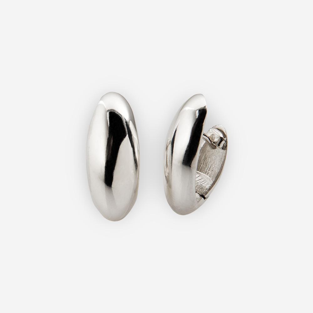 Aretes simples de plata con cierre huggie.
