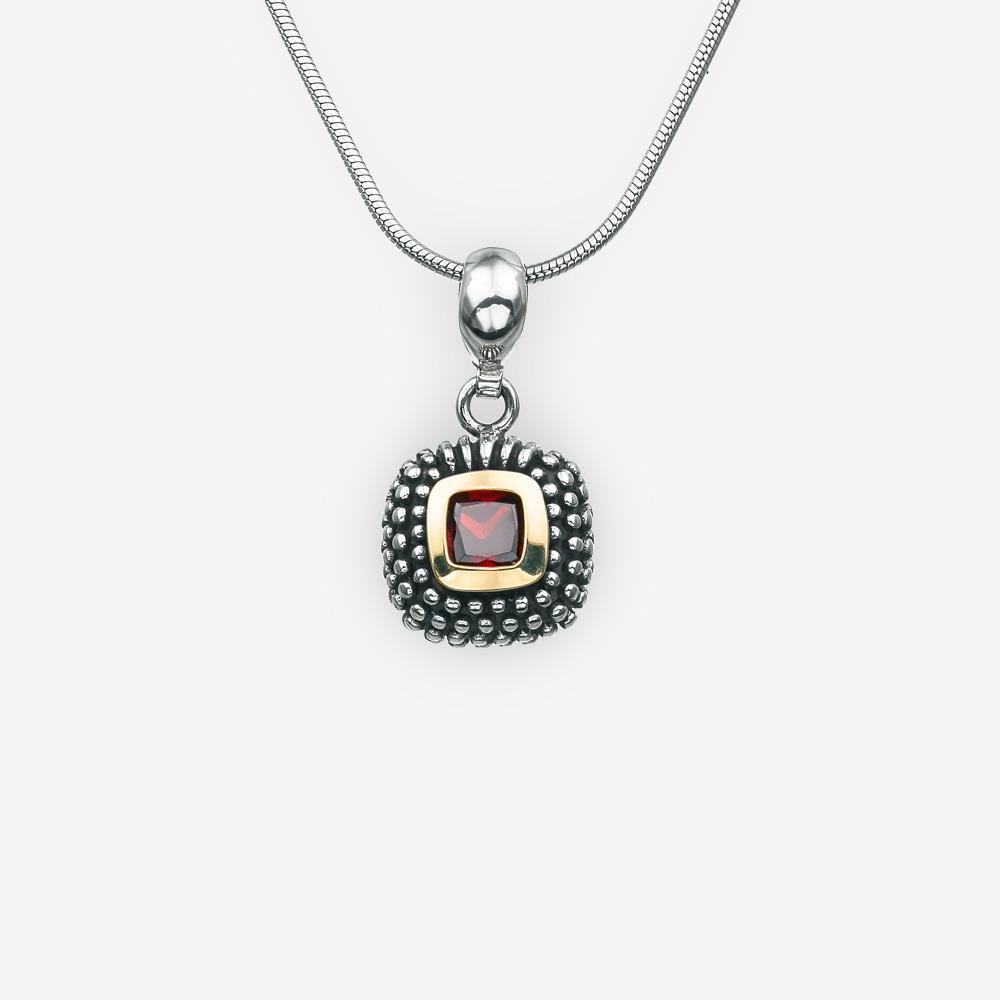 Pendiente pequeño de plata de zirconia cúbica cuadrado con pequeños detalles en relieve de puntos de plata.