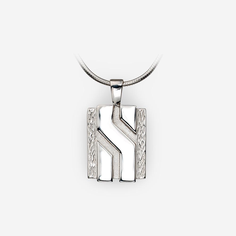 Pequeño Pendiente de plata fina unisex con contrastantes acabados texturados y pulidos.