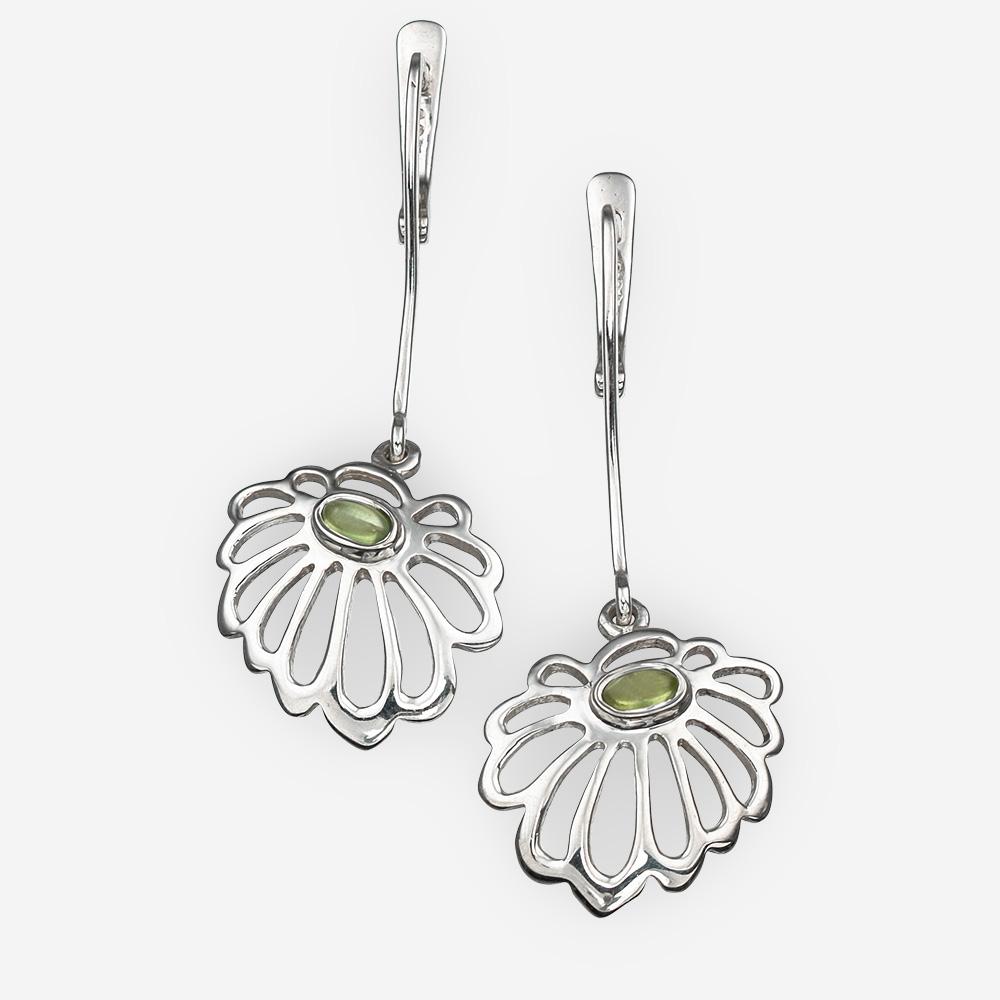 Aretes de plata en forma de flores de la margaritas con peridoto y cierre de seguridad.