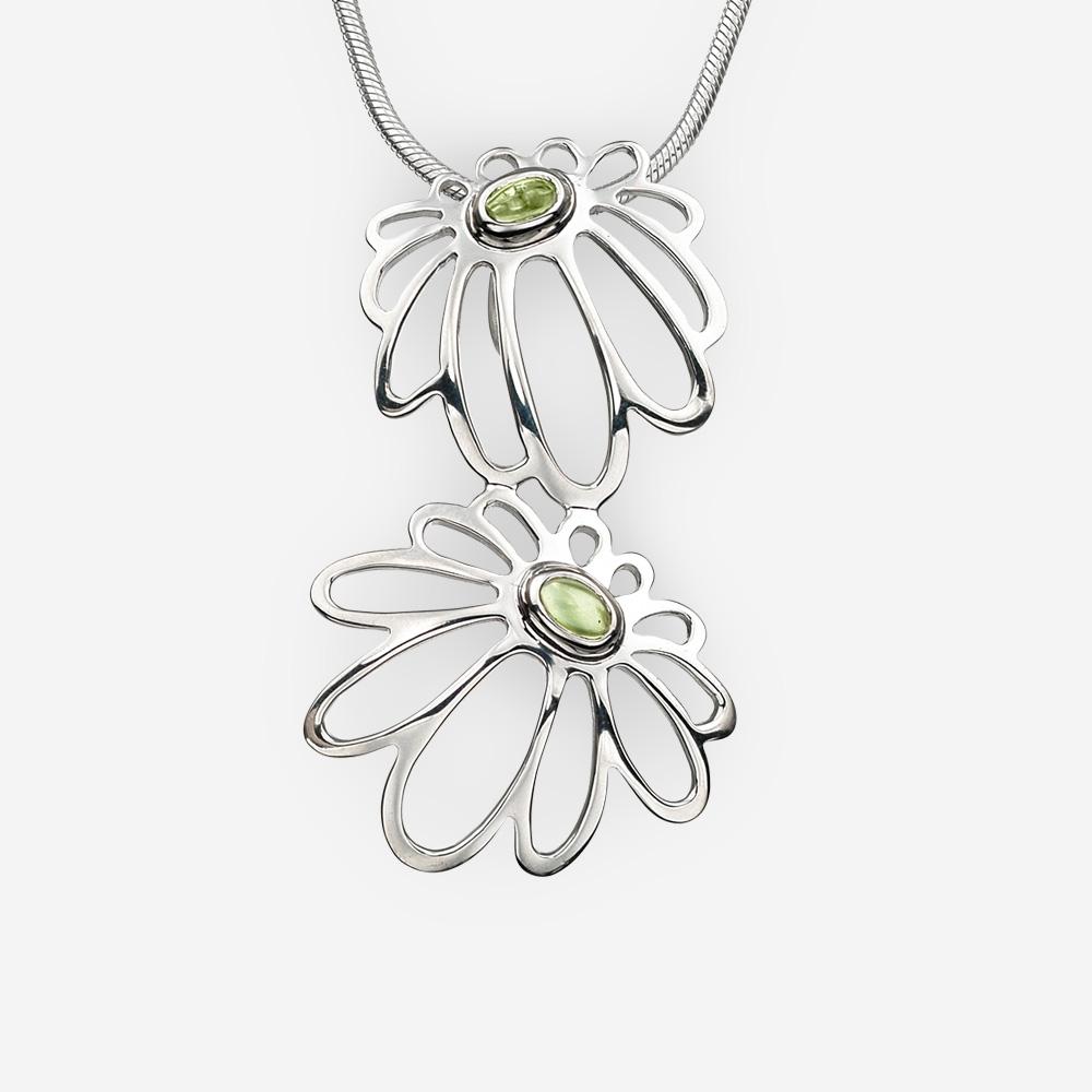 Pendiente de flores de margarita de plata con piedras preciosas de peridoto en bisel de plata.