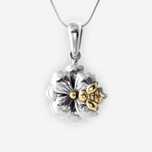 Encantador Pendiente Floral hecho de Plata .925 con una Abejita de Oro 14kt incrustada a la flor.