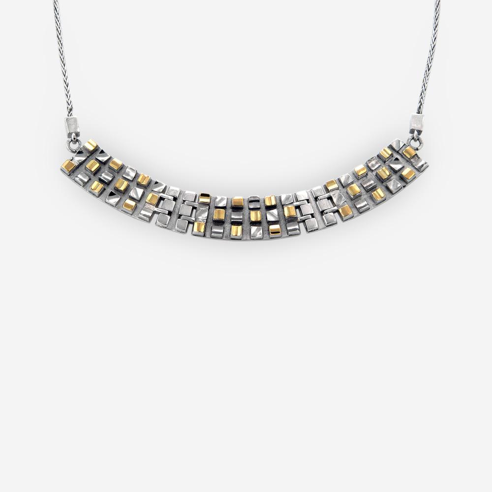Collar con diseño de cuadrícula hecho a mano de plata fina y acentos de oro de 14k.