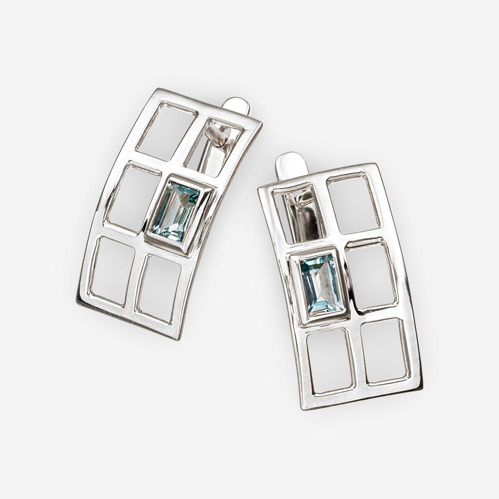 Aretes rectangulares de plata en forma de rejilla con topacio azul y cierre de seguridad.
