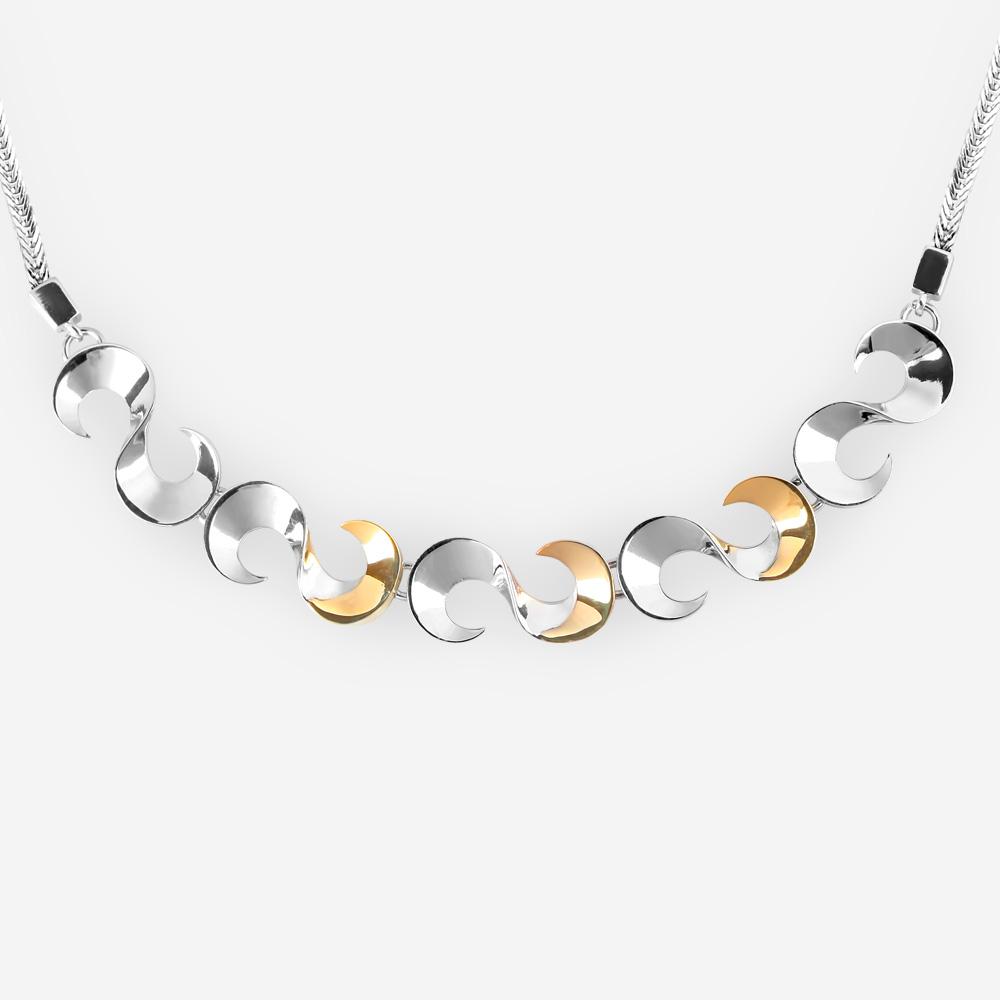 """Collar de plata fina pulida con figuras de la letra """"S"""" y con acentos de oro de 14k en una cadena tejida de plata."""