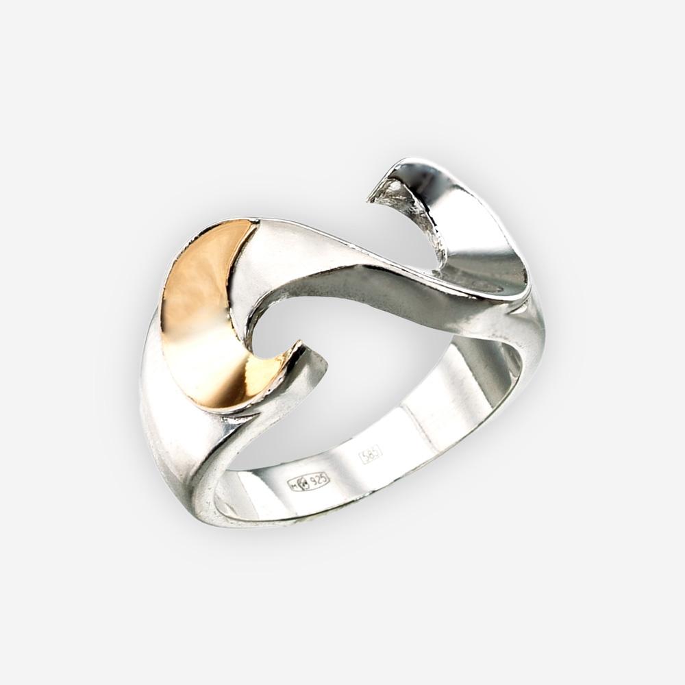 """Anillo en forma de """"S"""" de plata fina con acento en oro de 14k y acabado pulido."""
