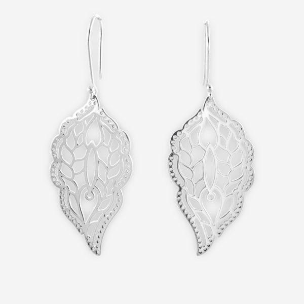 Aretes Largos Confeccionados en Plata .925 con Calados de Viñetas Recreando la Forma de una Mariposa Adentro del Cuerpo de la Hojarasca.