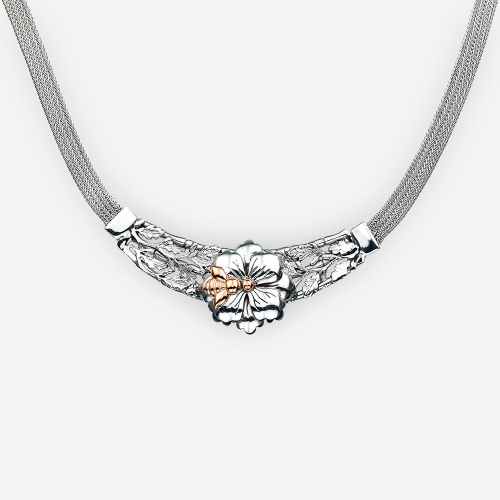Collar floral de plata con un acento de la abeja del oro 14k.