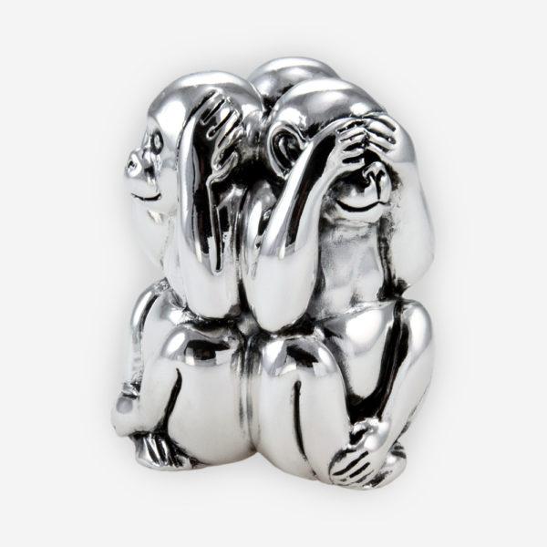 """La escultura de tres monos sabios representa el principio de """"""""no ver el mal, no escuchar el mal, no hablar el mal"""""""". Elaborada con tecnica de electroformado contrastando la plata pulida y oxidada"""