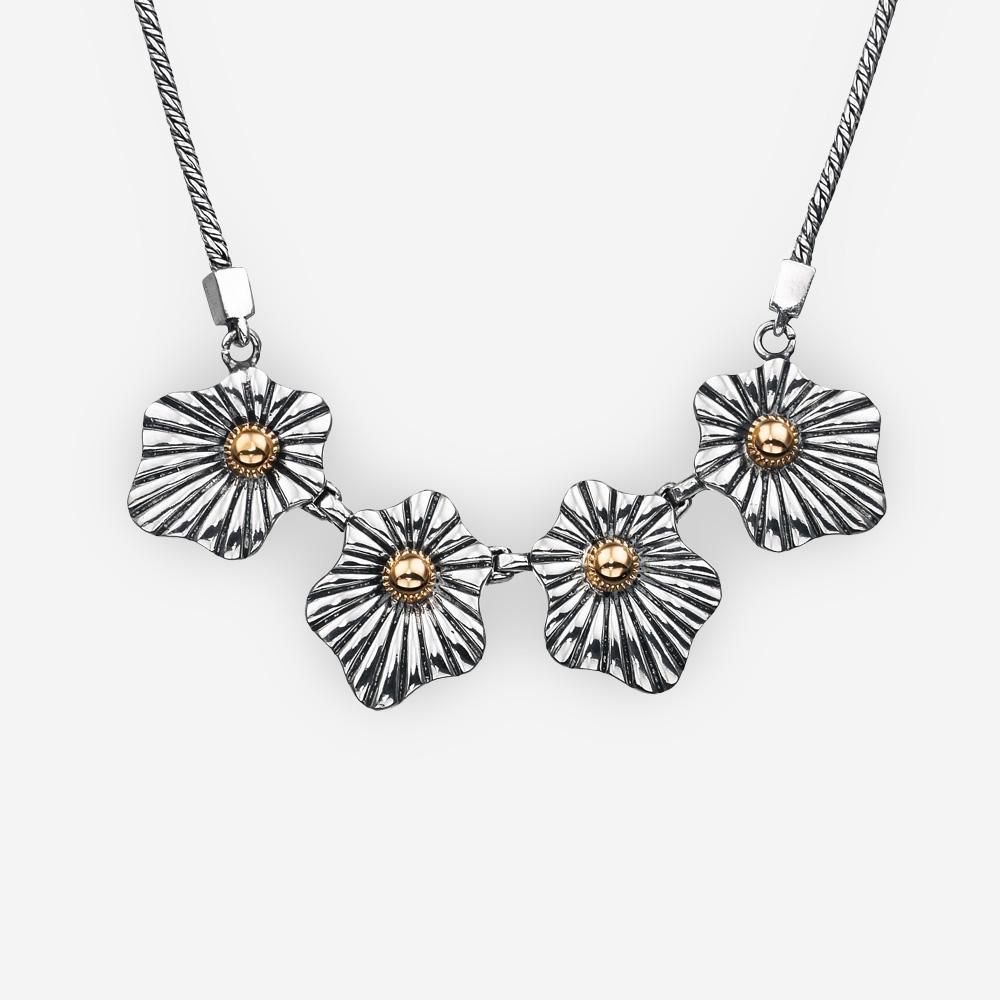 Collar floral de plata de dos tonos y acentos de oro de 14k en una cadena de cuerdas.